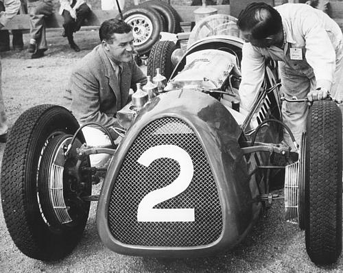Stan Jones ajoelhado ao lado de seu Maybach 2 de 1955
